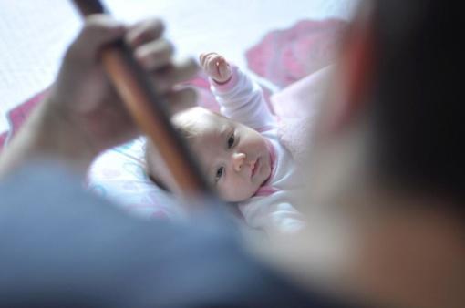Siūloma suteikti vaiko priežiūros atostogas ir seneliams