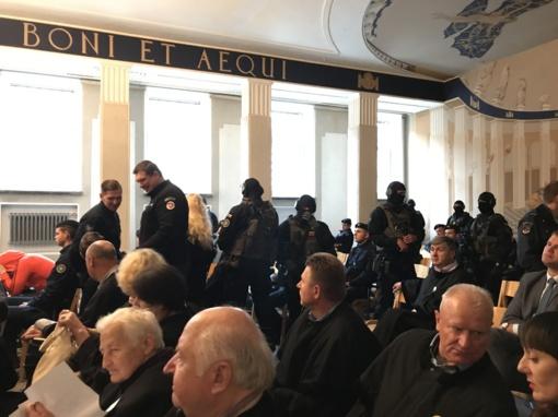 Neeilinis teismo posėdis Šiauliuose - kaukėti konvojaus pareigūnai atlydėjo beveik 40 kaltinamųjų (VIDEO)