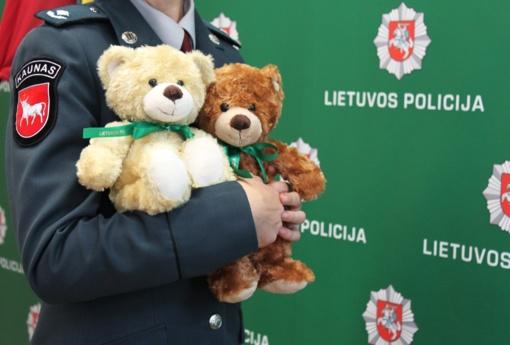 Pareigūnų automobiliuose apsigyvens pliušiniai meškiukai nukentėjusiems vaikams