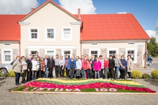 Švėkšnos neįgalieji tęsia tradiciją - rudens pradžioje miesteliui dovanojo floristinį kūrinį