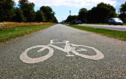 Laisvės prospektą nuspalvino raudonas asfaltas