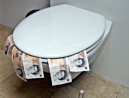 Į klozetus sugrūsti tūkstančiai eurų banknotų