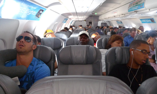 Miegoti lėktuve gali būti pavojinga