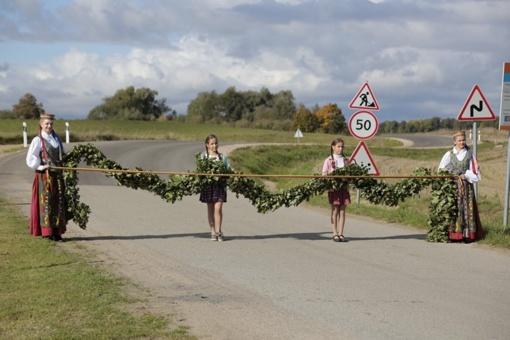 Tarprubežiai šventė džiaugdamiesi ilgai lauktu asfaltu
