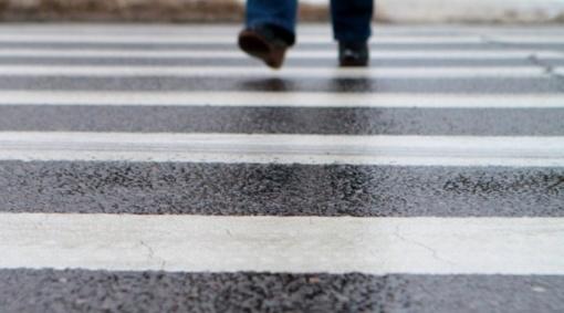 Vilniuje, pėsčiųjų perėjoje, automobilis partrenkė moterį