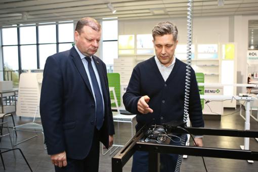 """Premjeras ir Seimo nariai aplankė montuojamą """"Pramonės 4.0""""  gamyklą Šiauliuose (VIDEO)"""
