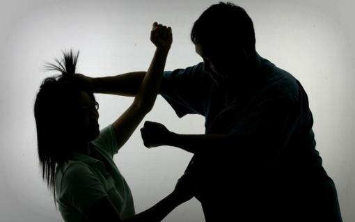 Į areštinę uždarytas žmoną už plaukų tampęs vyras