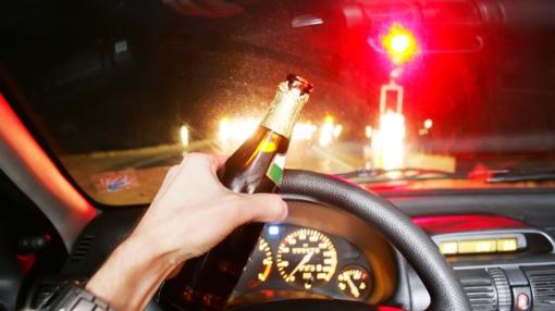 Alytaus rajone neblaivaus vyro vairuojamas automobilis užvažiavo ant kelio atitvaro