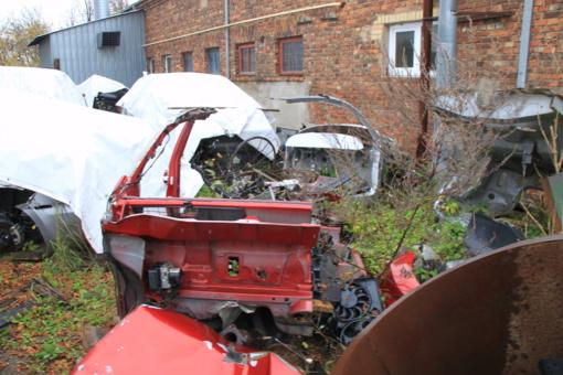 Aplinkosaugininkai ir policija krėtė neteisėtai senus automobilius ardančius asmenis