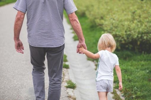 Gauti ligos išmokas galės ir anūkus slaugantys seneliai