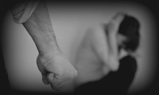Visagine vyras smurtavo prieš nėščią nepilnametę