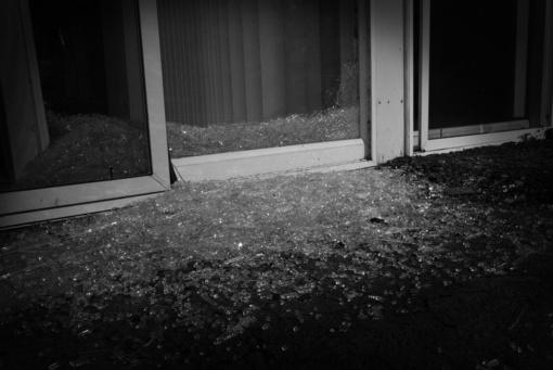 Akmenės rajone, namuose, siautėjo girtas vyras