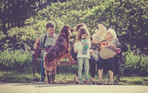 Vyriausybė nesutinka, kad vaiko priežiūros išmoką galėtų gauti seneliai