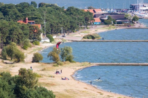 """Turizmo bendroves papiktino """"slaptas"""" Neringos savivaldybės sprendimas padvigubinti įvažiavimo mokestį"""