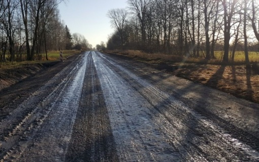 Dėl nepalankių oro sąlygų kelininkai nebaigė asfaltuoti kelių