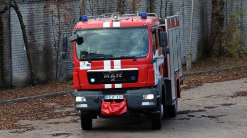 Kaune per mažiau nei parą degė du automobiliai