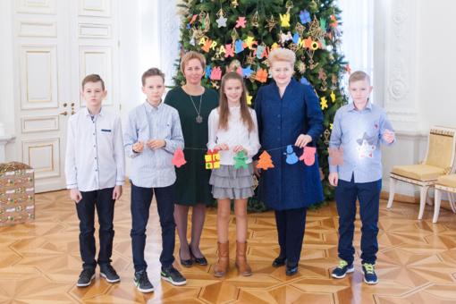 Prezidentė puošė Kalėdų eglę su užsienio lietuvių vaikais