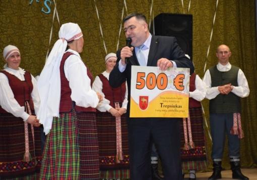 Lazdijų rajono meras pasveikino tautinių šokių kolektyvą
