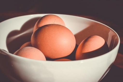 Kodėl didžiosios kompanijos atsisako narvuose laikomų vištų kiaušinių?