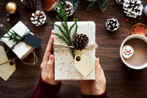 Kalėdinių dovanų siuntimas paštu: ką draudžiama siųsti?