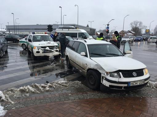 Marijampolės centre į avariją pateko policijos automobilis