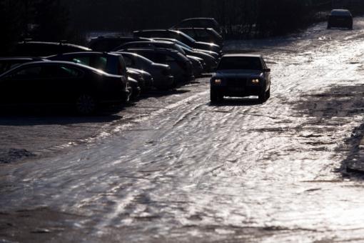 Rytų ir Vidurio Lietuvoje eismo sąlygas sunkina plikledis