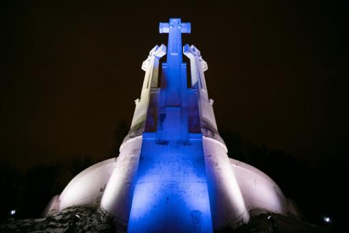 Trijų Kryžių paminklas Vilniuje nušvito Suomijos vėliavos spalvomis