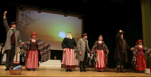 Raudondvaryje išsiskleidė visų Lietuvos regionų tautiniai kostiumai (FOTO)
