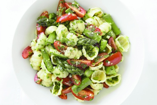 Makaronų, šparagų ir marinuotų pomidorų salotos