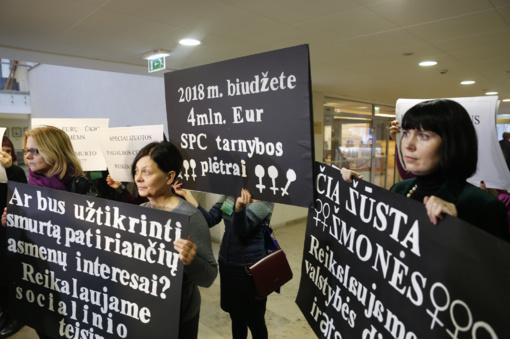 Prie Seimo salės susirinkusios moterys prašė daugiau pinigų smurto aukoms padėti