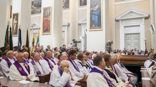 Seimas linkęs dvasininkams atidėti privalomąją karo tarnybą