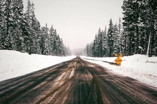 Šilutės ir Šilalės rajonuose eismo sąlygos sudėtingos dėl sniego