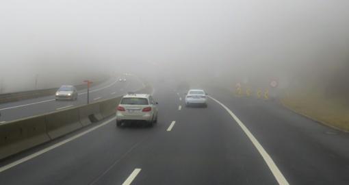 Vakarų Lietuvoje eismo sąlygas sunkina rūkas, kelių dangos sausos