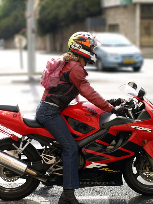 Saudo Arabijoje moterys galės vairuoti ir sunkvežimius bei motociklus