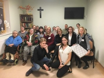 """Plungės kultūros centro jaunimo klubas """"Indigo"""" lankėsi Plungės senelių globos namuose"""