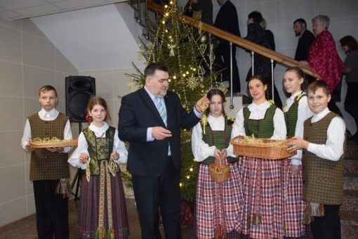 Savivaldybės darbuotojai puošė Kalėdų eglutę