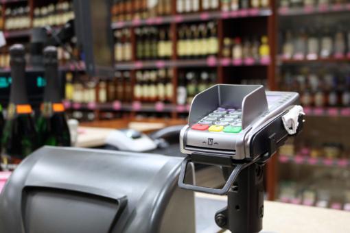 Lietuvos bankas: prekybininkai negali imti mokesčio už atsiskaitymus mokėjimo kortelėmis