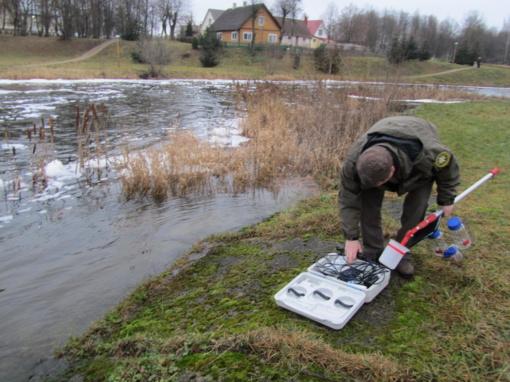 Aplinkosaugininkai tiria Pakruojo rajono vandens telkinių būklę