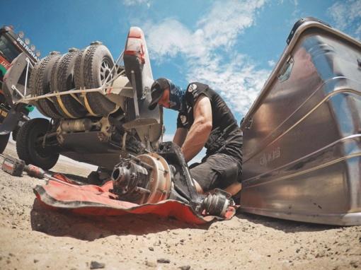 Dakaro ralio dalyvius užklupo smėlio audra, o B. Vanagas vėl vertėsi