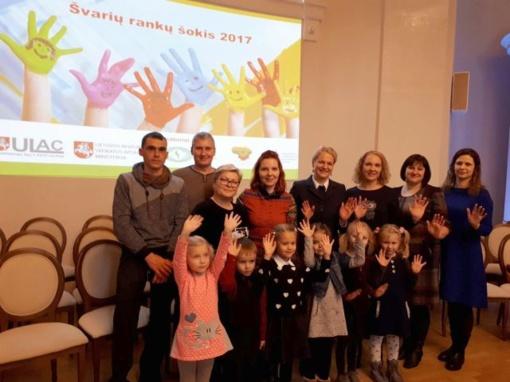 """Mokyklai-darželiui """"Obelėlė"""" – konkurso """"Švarių rankų šokis 17"""" apdovanojimas"""