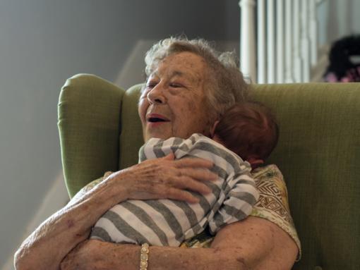 Seimas svarstys, ar galės seneliai gauti vaiko priežiūros atostogas