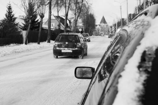 Kelininkai įspėja - eismo sąlygas sunkina snygis