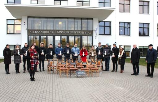 14 sausio 13-osios aukų – 14 tuščių kėdžių, apjuostų spygliuota viela