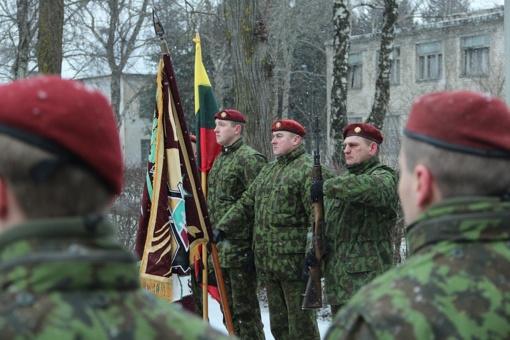 Kariams perduota Šiaulių miesto vėliava