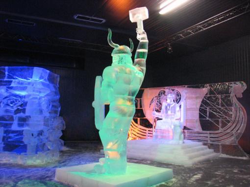 """Ledo skulptūrų ir ugnies festivalyje """"Ledo karalystė"""" – skulptoriai iš dešimties šalių (FOTO)"""