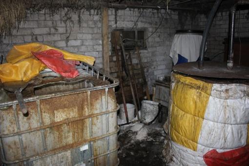 """Telšių rajone naikinami nelegalaus alkoholio distiliato gamybos bei pardavimo """"taškai"""""""