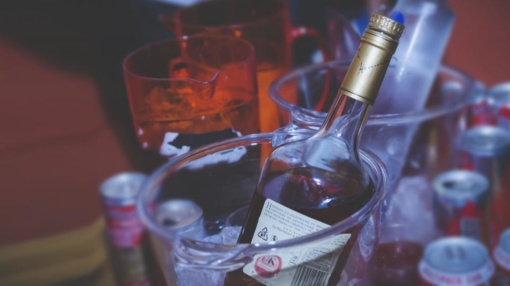 Panevėžio rajone į parduotuvę atėję trys jaunuoliai pavogė vieną butelį alkoholinio gėrimo