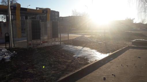Pradėtas tyrimas: automobilių plovykla Jonavoje teršė daugiabučio kiemą?