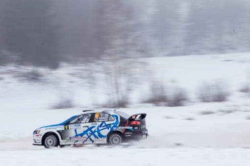 11 auksinių lenktynininko patarimų vairuotojams žiemos kelyje