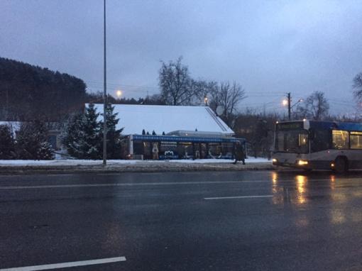 Vilniuje nuo kelio nuvažiavo autobusas